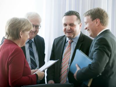 Vor Beginn des Atom-Gesprächs im Kanzleramt spricht Bundeskanzlerin Merkel (l) mit Wirtschaftsminister Brüderle, Baden-Württembergs Ministerpräsident Mappus und Kanzleramtschef Pofalla (l-r).