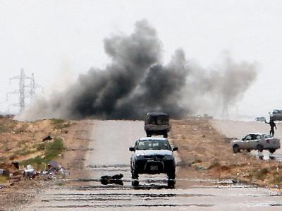 Nach einem Angriff Gaddafi-treuer Einheiten steigt eine Rauchwolke auf.