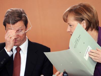 Bundeskanzlerin Merkel zu Beginn einer Kabinettssitzung in Berlin mit Bundesaußenminister Westerwelle.