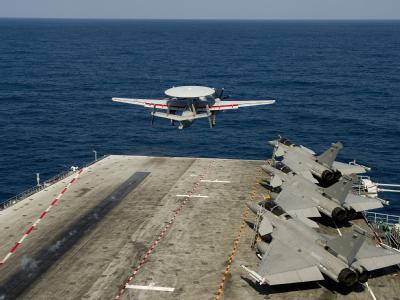 Ein Aufklärungsflugzeug startet vom französischen Flugzeugträger Charles de Gaulle.
