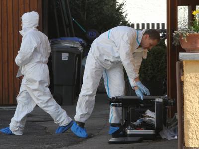 Beamte der Spurensicherung arbeiten vor dem Haus, in dem zwei tote Kinder gefunden wurden.