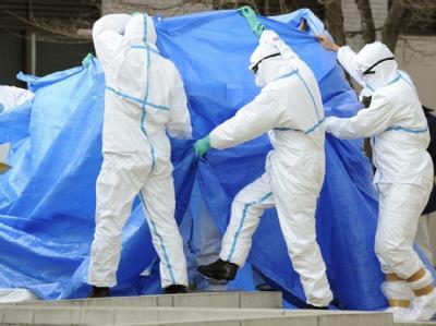 Bei ihren Versuchen die Lage unter Kontrolle zu bringen sind die Arbeiter hoher Strahlung ausgesetzt.