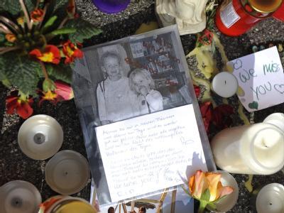 Blumen und Kerzen sowie ein Foto erinnern vor dem Haus in Krailling bei München an die ermordeten Mädchen.