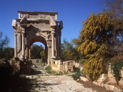 Die Ruinenstätte Leptis Magna mit dem römischen Ehrenbogen des Septimius Severus.