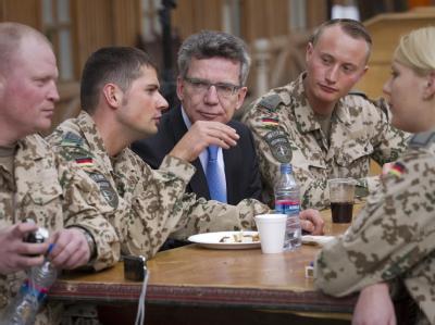 Bundesverteidigungsminister Thomas de Maiziere (CDU) spricht in Kabul in Afghanistan mit Soldaten der Bundeswehr im Hauptquartier der Internationalen Schutztruppe für Afghanistan (ISAF).