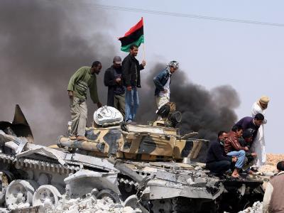 Rebellen auf einem zerstörten Panzer der libyschen Regierungstruppen.