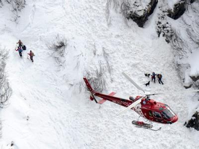 Rettungskräfte auf der Suche nach den Verschütteten.
