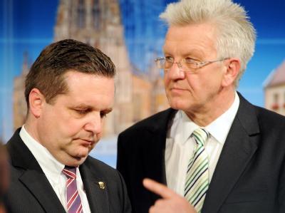 Winfried Kretschmann (r) von Bündnis 90/Die Grünen könnte Amtsinhaber Stefan Mappus (CDU) als baden-württembergischer Ministerpräsident beerben.