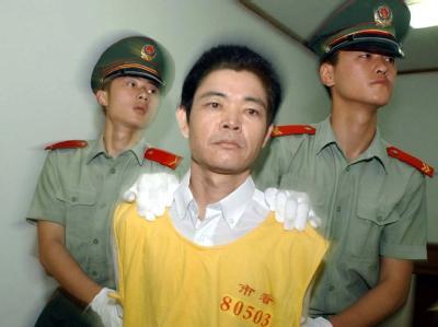 Ein Tatverdächtiger wird am 25.6.2003 ins Gericht im chinesischen Nanjing gebracht. Er wurde zum Tode verurteilt und am 25.6. wegen eines Heroindelikts hingerichtet.