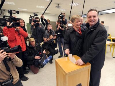 Der baden-württembergische Ministerpräsident Stefan Mappus (CDU) gibt mit seiner Frau Susanne Verweyen-Mappus im Reuchlin-Gymnasium in Pforzheim seine Stimme ab.
