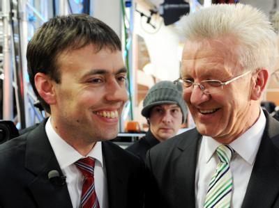 Die Spitzenkandidaten von SPD und Grünen: Nils Schmid Winfried Kretschmann freuen sich über die Zahlen