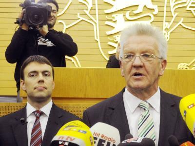 Winfried Kretschmann (r), Spitzenkandidat der Grünen, und Nils Schmid, Spitzenkandidat der SPD.