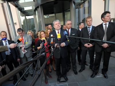 Ministerpräsident Kurt Beck (SPD, M) vor der Staatskanzlei in Mainz