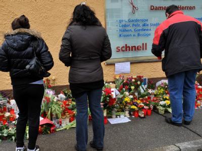 Blumen und Kerzen sind vor dem Haus in Krailling bei München zu sehen, in dem zwei tote Mädchen gefunden wurden. Die beiden Geschwister sind grausam ermordet worden.