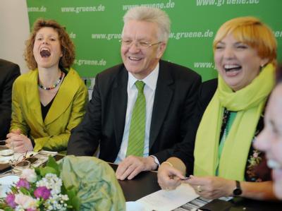 Die Spitzenkandidaten der Grünen aus Rheinland Pfalz, Eveline Lemke (l.), und Baden-Württenberg, Winfried Kretschmann (2.v.l), mit der Parteivorsitzenden Claudia Roth.