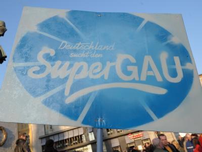 Atomkraftgegner halten mit Transparenten und Plakaten eine Mahnwache auf dem Marktplatz von Halle (Saale) ab. (Archivbild)