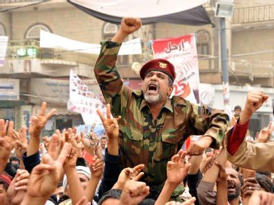 Ein Soldat hat sich der Anti-Regierungsdemonstration in Sanaa angeschlossen.