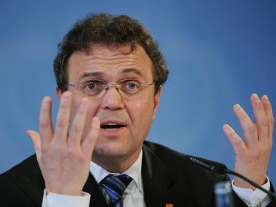 Bundesinnenministers Hans-Peter Friedrich (CSU) gibt nach der Islamkonferenz in Berlin eine Pressekonferenz.