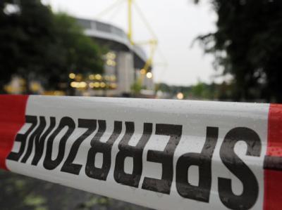 Ein Absperrband sichert die Einfahrt zum Stadion in Dortmund. (Archivfoto)