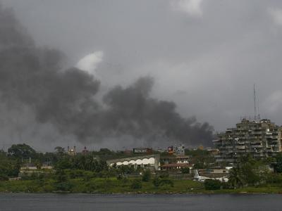 Über Abidjan steigt Rauch auf. Ouattaras Truppen haben fast das ganze Land bis auf wenige Hochburgen Gbagbos eingenommen.
