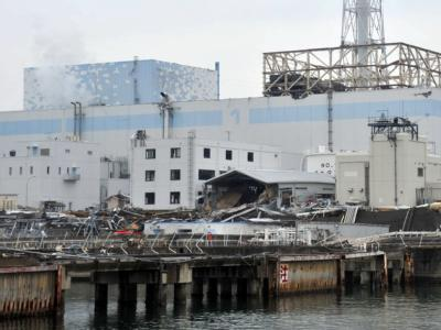 Das Handout der japanischen Selbstverteidigungskräfte zeigt die Ruinen des havarierten AKW Fukushima von der Seeseite aus, aufgenommen am 31.03.2011.