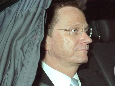 Guido Westerwelle verlässt in einem Auto die FDP-Parteizentrale in Berlin.