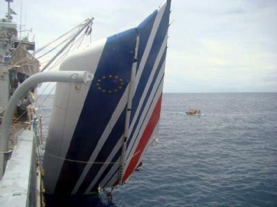 Ein Wrackteil der am 1. Juni 2009 verunglückten Airbus A330 der Air France wird von der brasilianischen Marine geborgen (Archivfoto vom 09.06.2009).