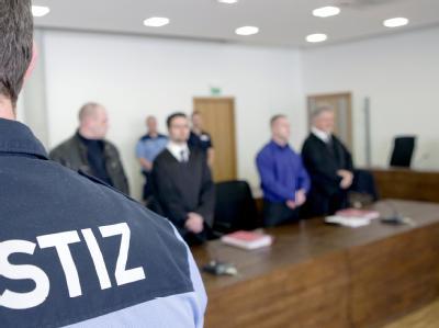 Die beiden wegen Mordes angeklagten Männer (2. v. r. und l.) vor der 1. Strafkammer im Landgericht Potsdam neben ihren Anwälten (Archivbild)