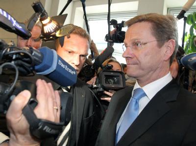 Von Kamerateams umringt: Außenminister Guido Westerwelle vor Beginn der Sitzung des FDP-Präsidiums und der Landesvorsitzenden in Berlin