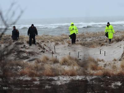 Polizisten auf der Suche nach Spuren - oder weiteren Opfern.