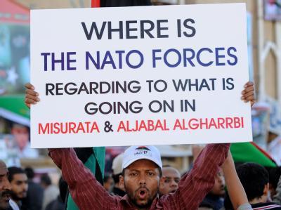 Libyer demonstrieren in Bengasi gegen die Nato. Sie fordern ein erweitertes Eingreifen des westlichen Bündnisses.