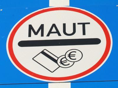 Die CSU will die Pkw-Maut. Deutsche Autofahrer müssten im Ausland Maut bezahlen, ausländische Pkw könnten in Deutschland aber gratis durchfahren.