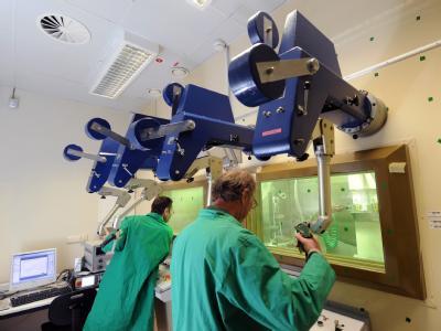 Hinter 30 Zentimeter dicken Bleiglasscheiben untersuchen Wissenschaftler im Helmholtz-Zentrum Dresden-Rossendorf Materialproben aus dem Druckbehälter des einstigen Kernkraftwerkes Greifswald.