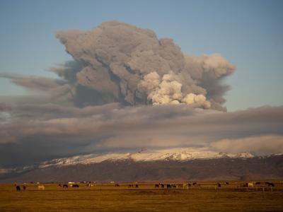 Im Frühling 2010 spuckt der isländische Vulkan Eyjafjallajökull  wochenlang Asche in den Himmel. Es folgt das größte Chaos in Europas Luftfahrtgeschichte.