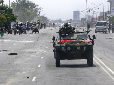 Ein französisches Militärfahrzeug patrouilliert in der Hauptstadt Abidjan. Der abgewählte Präsident Gbagbo kann sich nach Einschätzung französischer Experten noch etwa auf 1000 Kämpfer stützen.