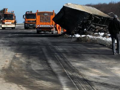Nach der Massenkarambolage ist die Betondecke der Richtungsfahrbahn nach Rostock rußgeschwärzt, im Hintergrund liegt der letzte ausgebrannte LKW.