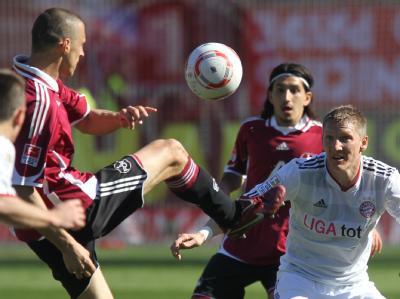29. Spieltag : Die Nürnberger Timmy Simons (l) und Almog Cohen (M) kämpfen mit dem Bayern Bastian Schweinsteiger um den Ball.