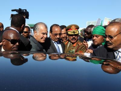 Mauretaniens Präsident (M) Mohamed Uld Abdel Asis  bei seiner Ankunft in Tripolis. Er ist Teil einer Delegation der Afrikanischen Union, die im Libyen-Konflikt vermitteln soll.