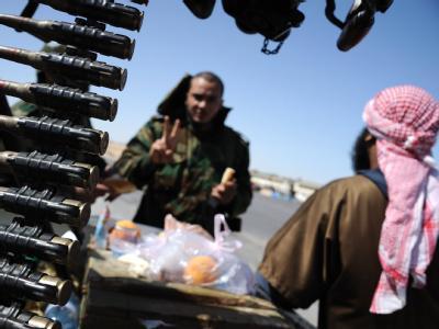 Aufständische in ihrer Stellung in Adschdabija. Eine hochrangige Vermittlergruppe der Afrikanischen Union will zwischen den libyschen Gegnern vermitteln.