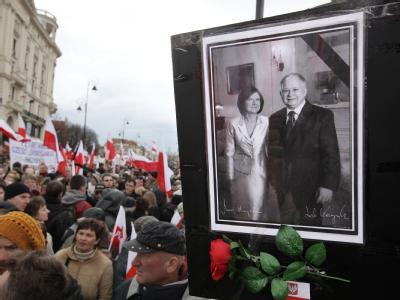 Polen bei einer Trauerveranstaltung für den vor einem Jahr ums Leben gekommen Präsidenten Lech Kaczynski und dessen Frau Maria.