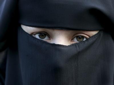 Frau mit Niqab: Männer, die Frauen zum Tragen eines Schleiers zwingen, sollen sogar mit bis zu zwei Jahr Haft und einer Geldstrafe in Höhe von bis zu 60 000 Euro büßen. (Archivbild)