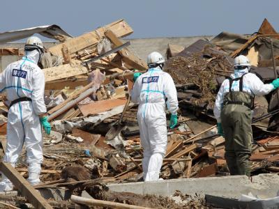 Trümmer bis zum Horizont: Japanische Polizisten in der von Beben und Tsunami verwüsteten Region.