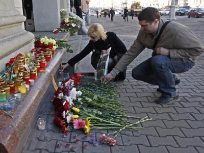 Im Gedenken an die Opfer des Terroranschlags legen Passanten in Minsk Blumen nieder.