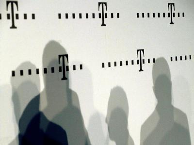 Mitarbeiter der Telekom werfen Schatten an die Wand. In den vergangenen Jahren hatten einige Datenskandale bei Firmen wie dem Discounter Lidl, der Deutschen Bahn und der Deutschen Telekom für Wirbel gesorgt.