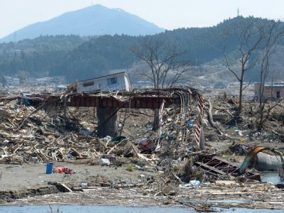 Fünf Kilometer von der Küste entfernt wurde diese Eisenbahnbrücke von dem Tsunami völlig zerstört.