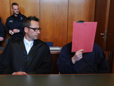Der Angeklagte Jan O. (r) und sein Anwalt Markus Fischer beim Prozessauftakt im Landgericht in Göttingen.