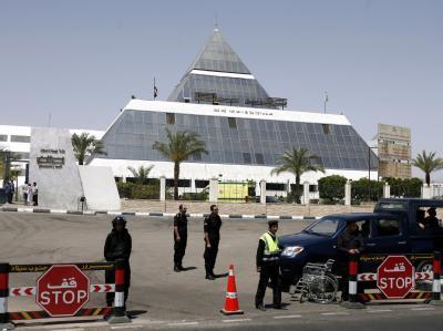 Polizisten stehen vor dem Krankenhaus in Scharm el Scheich, in das Husni Mubarak eingeliefert wurde.