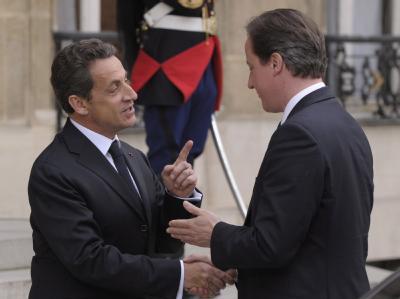 Frankreichs Staatspräsident Nicolas Sarkozy (l) begrüßt den britischen Premierminister David Cameron in Paris.