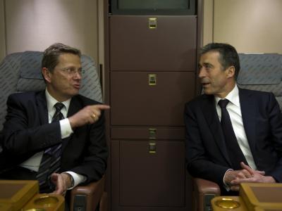 Außenminister Guido Westerwelle und Nato-Generalsekretär Anders Fogh Rasmussen im Flugzeug auf dem Weg nach Berlin.