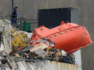 Völlig zerstört: Ein Mann betrachtet nach der Kollision die Schäden an dem Frachter.